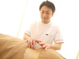 鍼施術をしている風景